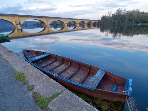 Rowboat moored in front of the bridge in Mauzac